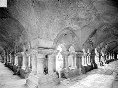 Abbaye de Fontenay - Cloître : Vue intérieure des galeries sud et ouest