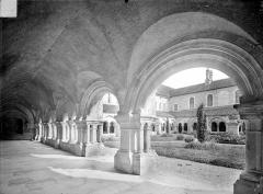 Abbaye de Fontenay - Cloître : Vue intérieure de la galerie nord et cour