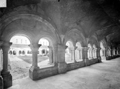 Abbaye de Fontenay - Cloître : Vue intérieure de la galerie ouest et cour