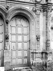 Château - Chapelle. Portail de la façade ouest : Porte de droite