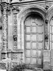 Château - Chapelle. Portail de la façade ouest : Porte de gauche