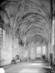 Château - Chapelle : Vue intérieure de la nef vers le choeur