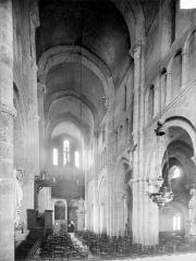 Eglise Saint-Andoche - Vue intérieure de la nef vers l'entrée