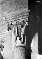Eglise Saint-Andoche - Chapiteau : Deux aigles aux ailes déployées
