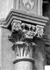 Eglise Saint-Andoche - Chapiteau : Décor de palmettes et animal sur l'abaque