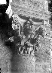Eglise Saint-Andoche - Chapiteau : Têtes humaines et lion dans des feuillages