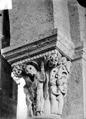 Eglise Saint-Andoche - Chapiteau : Le Christ et les saintes femmes