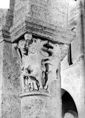 Eglise Saint-Andoche - Chapiteau : Deux bêtes s'affrontant