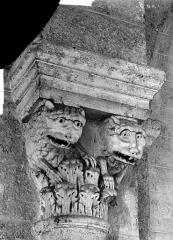 Eglise Saint-Andoche - Chapiteau : Deux têtes d'animaux