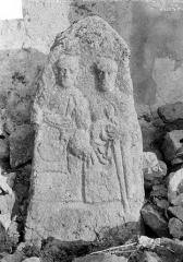 Eglise Saint-Saturnin - Stèle antique : deux personnages