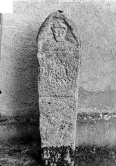 Eglise Saint-Saturnin - Stèle antique : un personnage