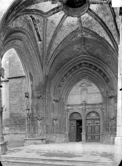 Eglise Notre-Dame - Portail de la façade ouest sous le porche