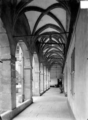 Hôtel-Dieu - Cloître : Vue intérieure d'une galerie