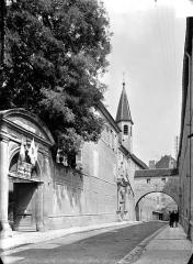 Collège de l'Arc, actuellement musée archéologique - Rue du Collège : Portail d'entrée, arc chevauchant la rue et clocheton de la chapelle