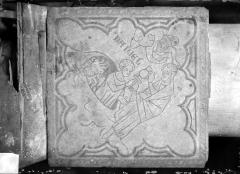 Eglise Saint-Rémi - Chapelle Saint-Eloi, carreau de dallage : Daniel dans la fosse aux lions