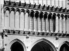 Eglise Notre-Dame - Façade ouest : première galerie d'arcatures au-dessus du portail