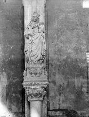 Eglise Notre-Dame - Portail de la façade ouest. Statue du trumeau : Vierge à l'Enfant