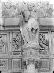 Eglise Saint-Michel - Portail central de la façade ouest, statue du trumeau : saint Michel