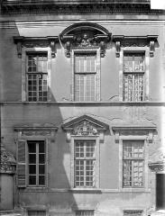 Hôtel de Vogüé - Cour intérieure : Fenêtres
