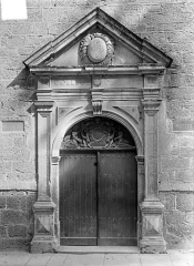 Collège de l'Arc, actuellement musée archéologique - Façade sur la rue du Collège : Portail d'entrée