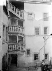 Collège Saint-Jérôme - Cour intérieure : Escalier