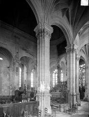 Eglise Saint-Pierre Saint-Paul - Vue intérieure du déambulatoire et du choeur, vers le nord-ouest