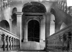Ancien collège des Jésuites, actuellement Hospice général Museux - Vue intérieure : Escalier au niveau du premier étage