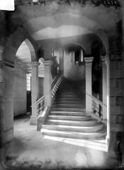 Ancien collège des Jésuites, actuellement Hospice général Museux - Vue intérieure : Escalier au-niveau du rez-de-chaussée