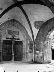 Eglise Saint-Hippolyte - Vue intérieure du porche de la façade ouest : Portail