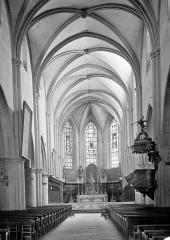 Eglise Saint-Hippolyte - Vue intérieure de la nef vers le choeur