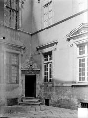 Hôtel de Vogüé - Cour intérieure : Petite porte d'encoignure