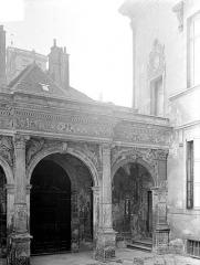 Hôtel de Vogüé - Cour intérieure : Arcades du porche