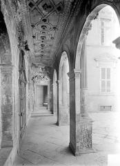 Hôtel de Vogüé - Cour intérieure : Vue intérieure de la galerie du porche