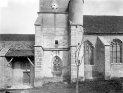 Eglise Notre-Dame - Façade sud : Base du clocher et porche d'entrée