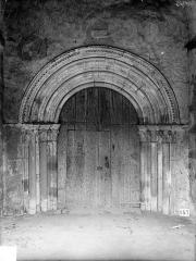 Eglise - Portail de la façade ouest, sous le porche