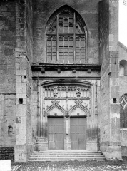 Eglise - Façade ouest : Portail et fenêtre