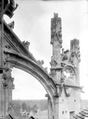 Eglise Saint-Gervais-Saint-Protais - Arc-boutant de l'abside, côté sud