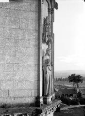 Ancienne abbaye de Saint-Jean-des-Vignes - Eglise. Contrefort de la façade ouest : statue de saint Pierre adossée sous un dais