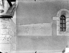 Eglise Saint-Léger - Façade : Pierre tombale encastrée dans le mur