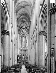 Eglise (collégiale) Notre-Dame - Vue intérieure de la nef vers le choeur