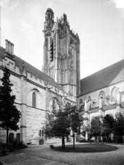 Cathédrale Saint-Etienne - Façade sud : Tour et bâtiment de l'Officialité