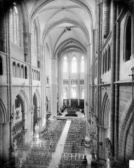 Cathédrale Saint-Bénigne - Vue intérieure de la nef vers le choeur, prise des tribunes