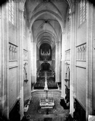 Cathédrale Saint-Bénigne - Vue intérieure de la nef vers l'entrée, prise des tribunes
