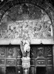 Eglise Saint-Michel - Portail central de la façade ouest, tympan : Le Jugement dernier. Statue du trumeau : saint Michel
