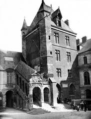 Palais des Ducs et des Etats de Bourgogne - Cour de Bar : Tour de Bar et escalier de Bellegarde