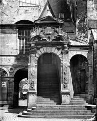 Palais des Ducs et des Etats de Bourgogne - Cour de Bar : Entrée de l'escalier de Bellegarde