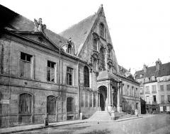 Palais de Justice - Façade sur la place : Pavillon d'entrée