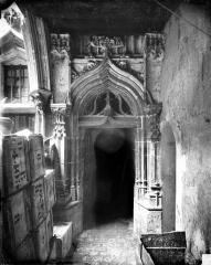 Hôtel Chambellan  dénommé également hôtel des ambassadeurs d'Angleterre - Cour intérieure : Porte sous le porche