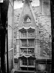 Hôtel Chambellan  dénommé également hôtel des ambassadeurs d'Angleterre - Cour intérieure : Fenêtre lucarne