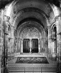 Cathédrale Saint-Lazare - Portail de la façade ouest, sous le porche